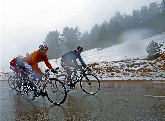 grupo de ciclista bajo la lluvia